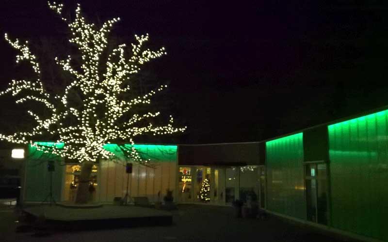 Uitbreiding Basisschool Lansingerland, de zes nieuwe leslokalen verlicht in avondsituatie