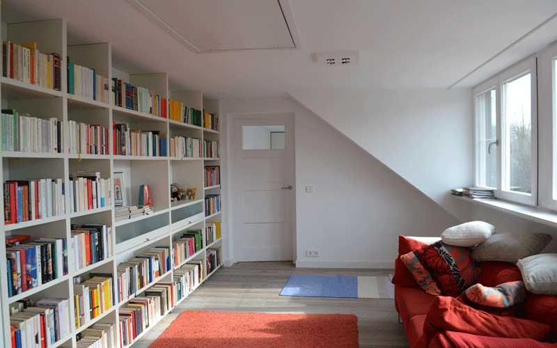 Uitbreiding woonhuis Rotterdam - De bibliotheek geeft doorgang naar de ouderslaapkamer
